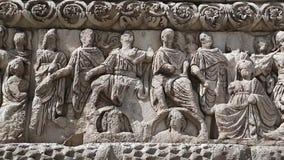 Bas-relevo no arco antigo de Galerius em Tessalónica, Grécia filme