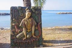 Bas-relevo no templo da praia em Rayong imagens de stock royalty free
