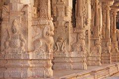 Bas-relevos de pedra na coluna em Shiva Virupaksha Temple, Hamp imagens de stock royalty free