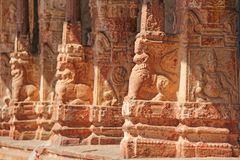 Bas-relevos de pedra na coluna em Shiva Virupaksha Temple, Hamp fotos de stock royalty free