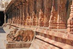 Bas-relevos de pedra na coluna em Shiva Virupaksha Temple, Hamp fotografia de stock