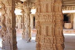 Bas-relevos de pedra na coluna em Shiva Virupaksha Temple, Hampi Cinzelando o fundo antigo de pedra Figuras cinzeladas feitas da  imagem de stock