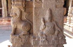 Bas-relevos de pedra na coluna em Shiva Virupaksha Temple, Hampi Cinzelando o fundo antigo de pedra Figuras cinzeladas feitas da  fotos de stock