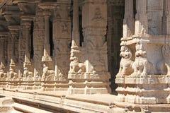 Bas-relevos de pedra na coluna em Shiva Virupaksha Temple, Hampi Cinzelando o fundo antigo de pedra Figuras cinzeladas feitas da  fotografia de stock royalty free
