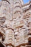 Bas-relief antique au temple érotique célèbre dans Khajuraho, Inde photo stock