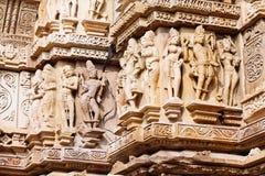 Bas-relief antique au temple érotique célèbre dans Khajuraho, Inde Photos libres de droits