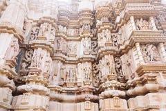 Bas-relief antique au temple érotique célèbre dans Khajuraho, Inde Photographie stock