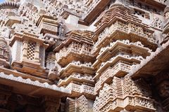 Bas-relief antique au temple érotique célèbre dans Khajuraho, Inde Photos stock