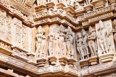 Bas-relief antique au temple érotique célèbre dans Khajuraho, Inde Images stock