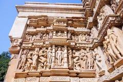 Bas-relief antique au temple érotique célèbre dans Khajuraho, Inde photo libre de droits
