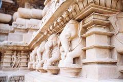 Bas-relief antique au temple érotique célèbre dans Khajuraho, Inde image libre de droits