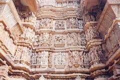 Bas-relief antique au temple érotique célèbre dans Khajuraho, Inde image stock