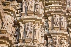 Bas-relief au temple antique célèbre dans Khajuraho, Inde Images stock