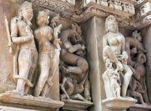 Bas-relief au temple antique célèbre dans Khajuraho, Inde Photos libres de droits