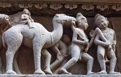 Bas-relief au temple antique célèbre dans Khajuraho, Inde Photographie stock libre de droits
