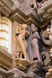 Bas-relief au temple antique célèbre dans Khajuraho, Inde Images libres de droits