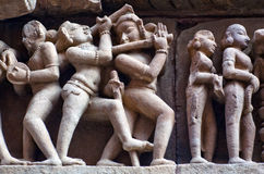 Bas-relief au temple antique célèbre dans Khajuraho, Inde Photo stock