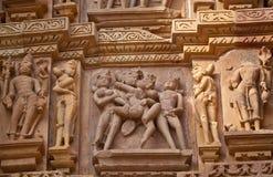 Bas-relief au temple dans Khajuraho, Inde images libres de droits