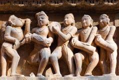 Bas-relief au temple hindou célèbre dans Khajuraho, Inde Image stock