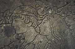 Bas-relief avec un portrait d'un homme et d'une femme Photographie stock libre de droits