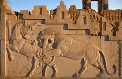 Bas Relief Carving van Lion Hunting een Stier in Persepolis van Shiraz stock foto's