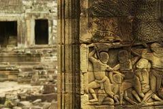 Bas-relief de danseur d'Apsara sur le temple antique d'Angkor Image stock