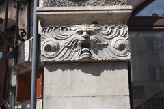 bas-relief de la t?te du lion sur la fa?ade du b?timent ? P?tersbourg photographie stock libre de droits