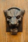 Bas-relief en bois de la tête d'un lion Images libres de droits