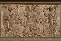 Bas-relief en bronze avec des figures Photo libre de droits