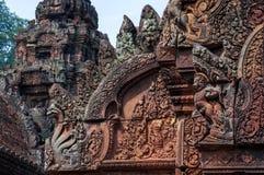 Bas Relief en tímpano, dintel y el frontón del templo antiguo de Banteay Srei, fotos de archivo