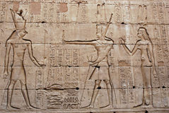 Bas-Relief sur le mur - temple d'Edfu - l'Egypte Photos stock