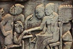 Bas Relief von Khmer-Frauen tradign mit chinesischen Reisenden Lizenzfreie Stockbilder