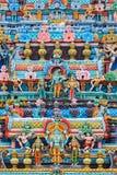 Bas reliefes på gopuratorn av den hinduiska templet Sri Ranganathasw Arkivfoton