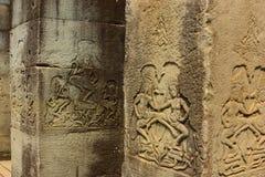 Bas Reliefs av Apsaras på kolonner arkivbilder