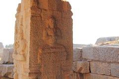 Bas-reliefs en pierre sur la colonne en Hazara Rama Temples Hampi Ca photographie stock