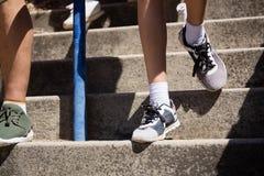 Bas-section des enfants abaissant l'escalier pendant la formation de parcours du combattant Photo stock