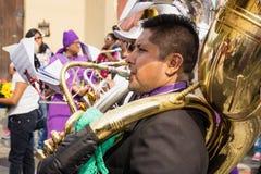 Bas- tubaspelare på processionen av San Bartolome de Becerra, Antigua, Guatemala Royaltyfri Foto