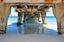 Bas ventre de jetée dans les eaux de turquoise Photo stock
