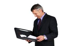 Basa eller chefen som ser skrivbordsarbete Fotografering för Bildbyråer