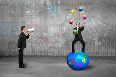 Basa genom att använda högtalaren som skriker affärsmannen som jonglerar med sy valuta Arkivfoto