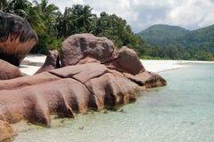 Basalt auf sandigem Strand Golf Baie Lazare, Mahe, Seychellen Lizenzfreies Stockfoto
