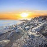Basalt schaukelt Küste mit schwarzer Muschel Stockfoto