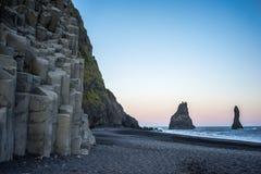 Basalte par la plage noire Images stock