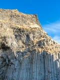 Basaltet vaggar för svartsand för berget nära stranden i Island arkivbilder