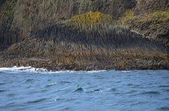 Basaltet vaggar på ön av Staffa, Skottland Royaltyfria Bilder
