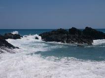 Basaltfelsen entlang der ägäischen Küste Stockbild