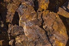Basaltfelsen mit Eisenelementen und -verunreinigungen stockbilder