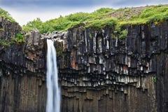 Basaltframsidor som inramas av vatten Royaltyfria Bilder