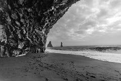 Basaltgrotta i Vik Iceland Arkivfoto