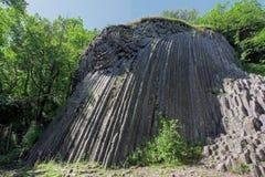 Basaltiska femhörniga kolonner - geologiskt bildande av den vulkaniska nollan arkivfoton